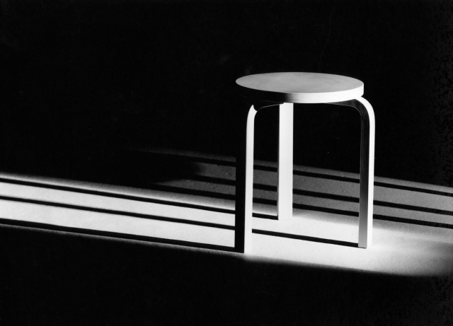 Jakkara 60. Kuva: Ilmari Kostiainen, Artek-kokoelma | Alvar Aalto -museo Stool 60. Photo: Ilmari Kostiainen, Artek Collection | Alvar Aalto Museum