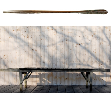 Kollaasi: Periferiadesign. 1. Jussi Heikkilä: Järvimaisema Korpilahdelta (ilta) 2008, puu, pigmentti. Jyväskylän taidemuseo. Kuva: Jari Kuskelin. 2. Simo Heikkilä: Tammipenkki, 1991. Kuva: Periferiadesign. Photo Collage: Periferiadesign. 1. Jussi Heikkilä: Lake view from Korpilahti (evening) 2008, wood, pigment. Jyväskylä Art Museum. Photo: Jari Kuskelin. 2. Simo Heikkilä: Bench, 1991, oak. Photo: Periferiadesign.